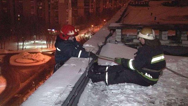 Рятувальники добиралися до квартири з непритомною жінкою з даху 9-поверхового будинку