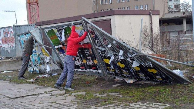 У Польщі через сильний вітер знеструмлені майже 100 тис. будинків