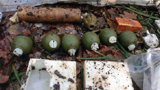 У зоні АТО правоохоронці виявили багатотонний схрон боєприпасів