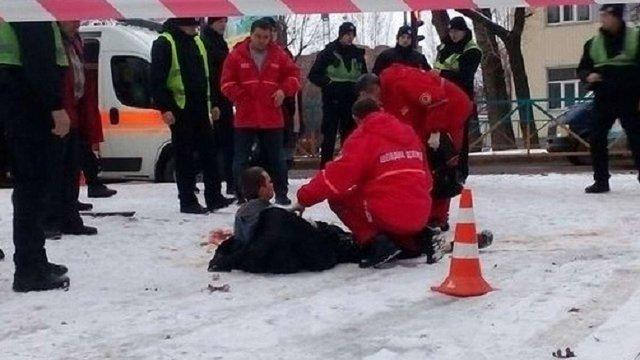 У Хмельницькому поліцейські застрелили чоловіка, який поранив шилом трьох людей