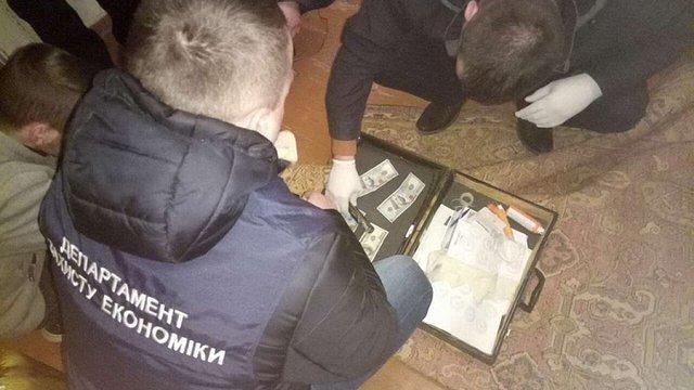 В Івано-Франківську на хабарі у $2 тис. затримали двох працівників ДФС