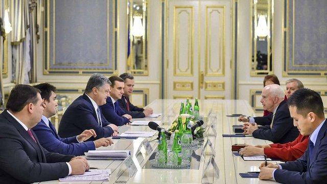 Порошенко запросив сенаторів США подивитися на бойовиків Донбасу