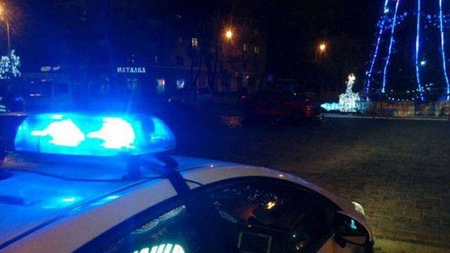 У Маріуполі п'яний поліцейський на авто ледь не збив головну новорічну ялинку