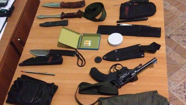 Біля кордону з Молдовою спіймали нелегала озброєного ножами і револьвером