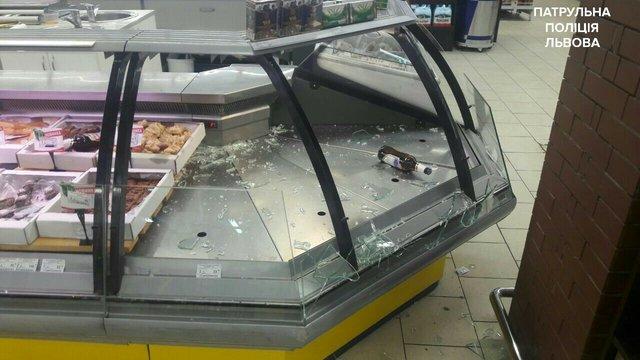 У супермаркеті на Сихові чоловік з ножем погрожував відвідувачам та розбив кілька вітрин