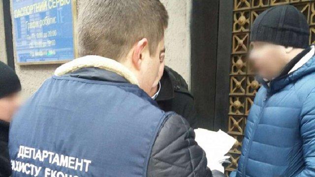 У Львові поліція затримала працівника Держпродспоживслужби під час отримання хабаря