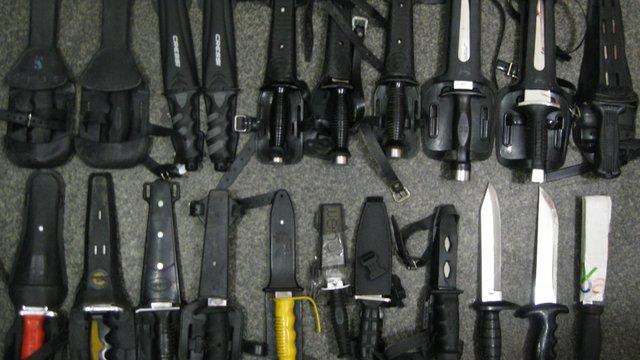 У Львові виявили поштову посилку із 20 ножами