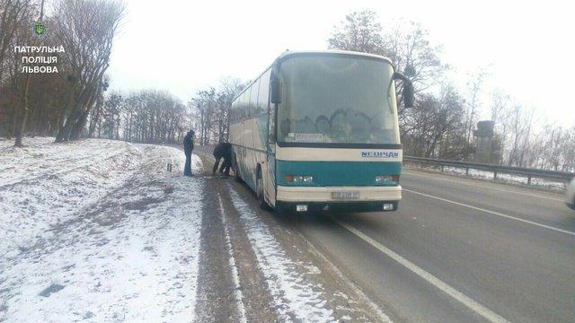 Поліція евакуювала пасажирів міжнародного автобуса, що зламався на трасі Київ-Чоп