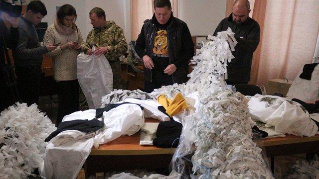 Львівські журналісти передали в АТО зимовий одяг та маскувальні сітки