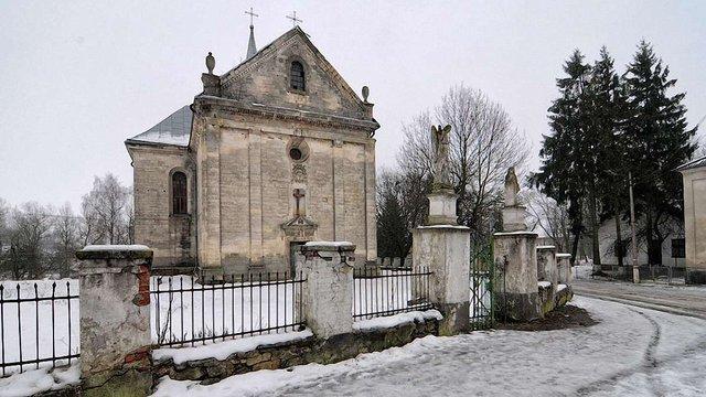 У Поморянах відреставрують дзвіницю та огорожу костелу Святої Трійці
