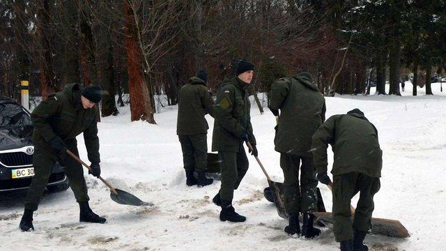 Через погіршення погоди у Львові до розчищення парку від снігу залучили Нацгвардію