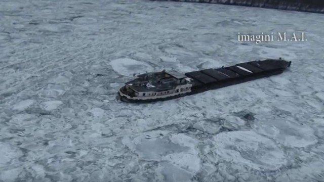 Через сильні морози на Дунаї вантажний корабель з екіпажем вмерз у кригу