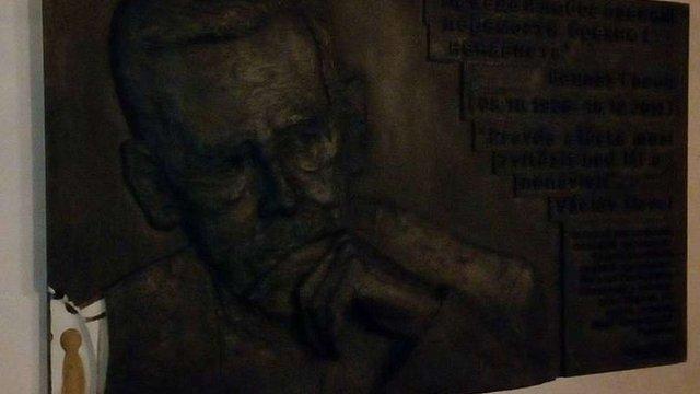 У Києві невідомі пошкодили меморіальну дошку Вацлаву Гавелу