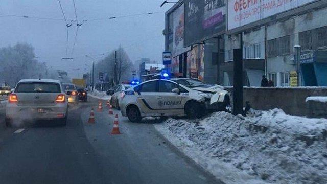 Львівські патрульні в'їхали в рекламний щит на вул. Стрийській
