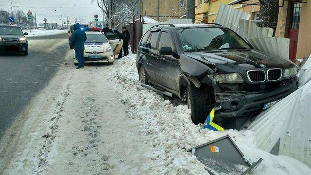 У Львові п'яна водійка BMW X5 знесла дорожні знаки і в'їхала в паркан