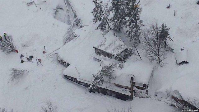 У засипаному сніговою лавиною готелі в Італії рятувальники знайшли вісьмох живих людей