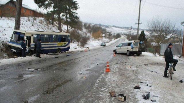 На Івано-Франківщині внаслідок лобового зіткнення автомобіля і автобуса постраждали 8 осіб
