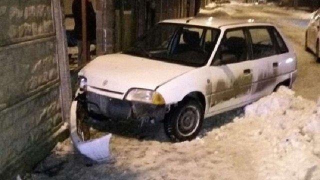 Через відсутність документів водій у Львові втікав від патрульних і влетів в огорожу