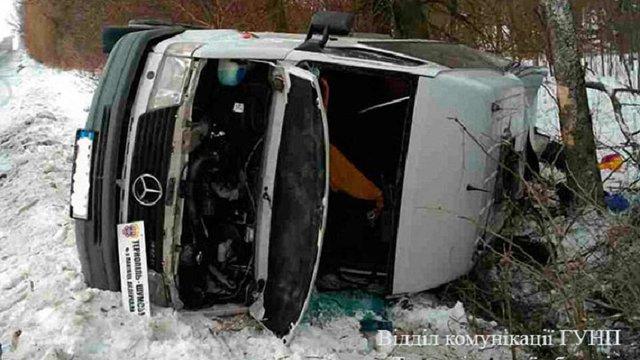 На Тернопільщині перекинувся рейсовий мікроавтобус, постраждали 12 людей