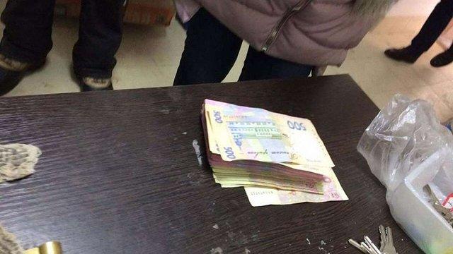 В Ужгороді чиновників міськради упіймали на хабарі