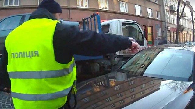 Водій у Львові наїхав на патрульного, який обмежив рух для евакуації автівки