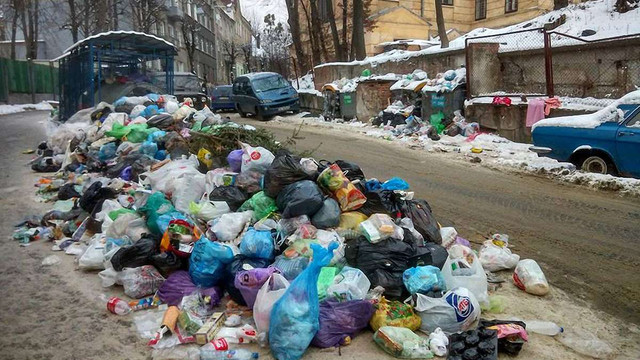 На ранок у місті залишилося ще 204 переповнених майданчика зі сміттям