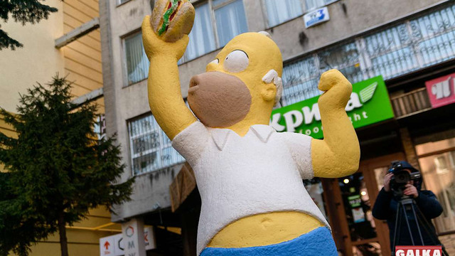 У центрі Івано-Франківська встановили скульптуру Гомера Сімпсона