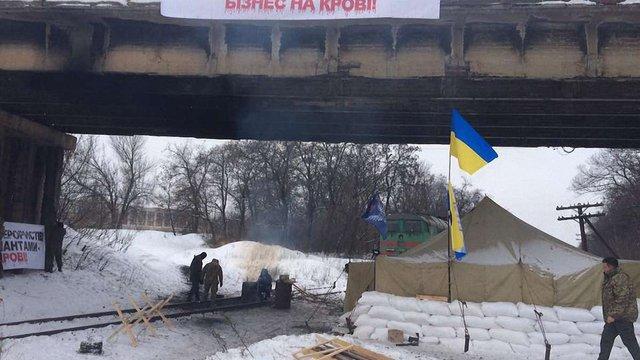 У разі силового розгону учасники блокади Донбасу пригрозили знищити транспортні магістралі