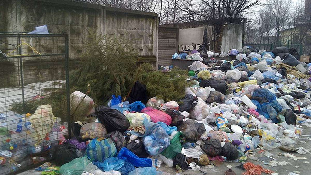 З Жовкви упродовж місяця не вивозять сміття
