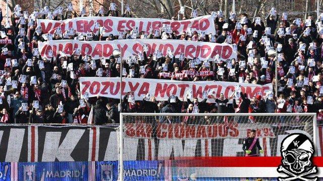 Фанати мадридського «Райо Вальєкано» вивісили новий банер проти Романа Зозулі