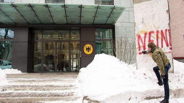 Нардеп від БПП розмалював фрагмент Берлінського муру біля німецького посольства в Києві