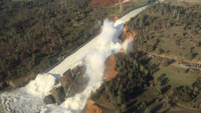 Влада Каліфорнії проводить масштабну евакуацію через загрозу прориву найвищої греблі США