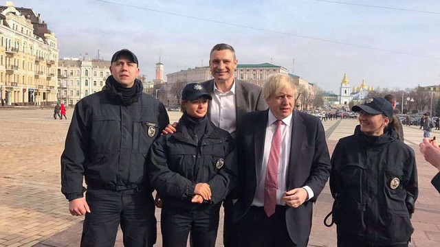 Міністр закордонних справ Великої Британії у Києві завітав до піцерії вояків АТО