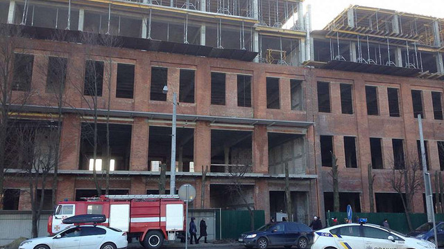 На будові у Львові двоє робітників впали у шахту ліфта: один загинув