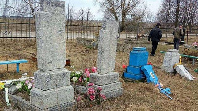 На Волині затримали вандала, котрий потрощив три десятки надгробків на цвинтарях
