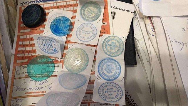 У Києві директорка турфірми за гроші допомагала нелегалам підробляти документи для виїзду в ЄС