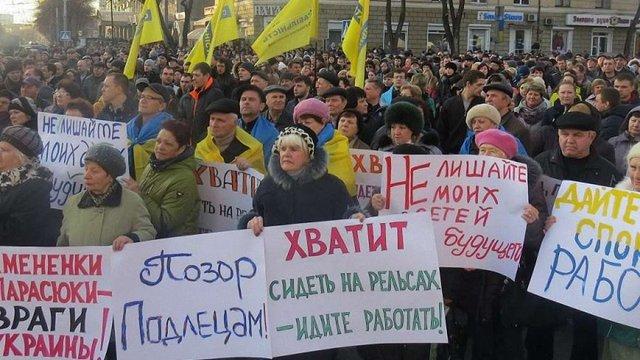 У Маріуполі на мітингу проти блокади Донбасу побились протестувальники
