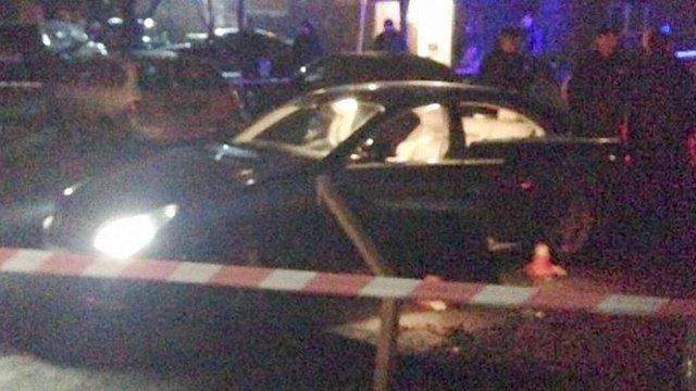 У центрі Києва невідомий розстріляв автомобіль: водій загинув, двох дітей – госпіталізовано