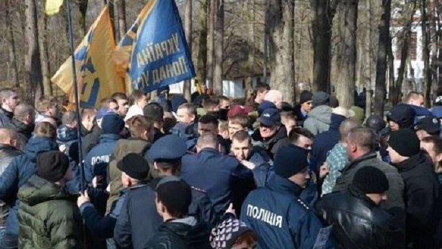 Біля могили Шевченка в Каневі сталась сутичка між праворадикалами та партійцями Медведчука