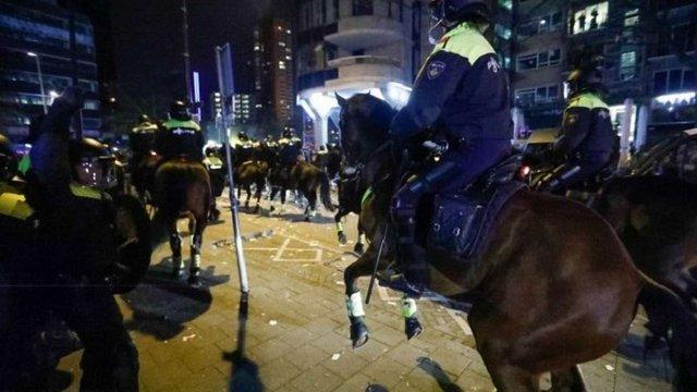 У Нідерландах кінна поліція розігнала мітинг прихильників президента Туреччини