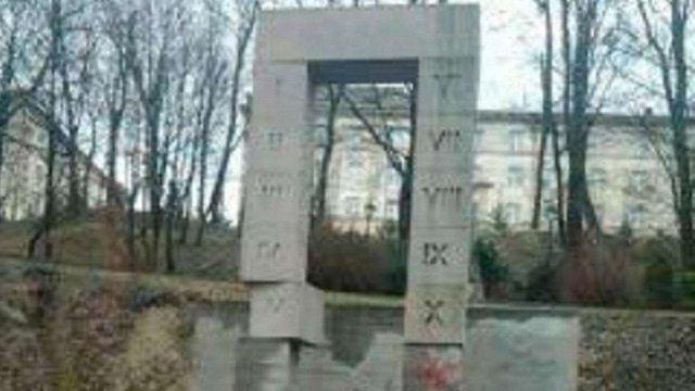 Пам'ятник розстріляним польським професорам у Львові цілодобово охоронятимуть