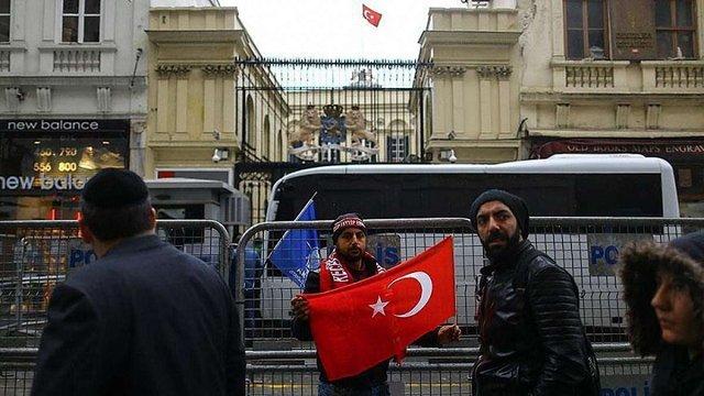 Мітингувальники зірвали прапор Нідерландів з консульства в Стамбулі, замінивши його на турецький