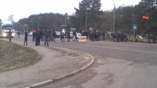 У Новояворівську перекрили дорогу на Краковець через стихійне сміттєзвалище