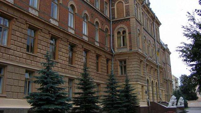 Під стінами Чернівецької ОДА прихильники блокади очікують на приїзд представників влади