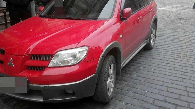 У Львові через неправильне паркування автомобіль потрапив у ДТП