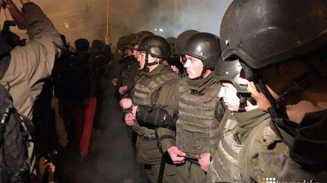 Прихильники блокади Донбасу закидали камінням «Альфа-Банк» у центрі Києва