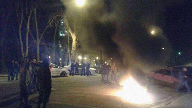 Під стінами ЛОДА уночі палили шини на підтримку учасників блокади