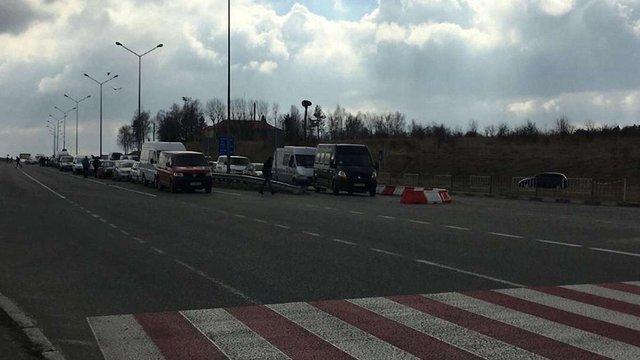 У Раві-Руській розмежували смуги руху для авто української та іноземної реєстрації
