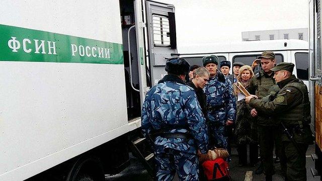 Росія передала Україні 12 ув'язнених з в'язниць окупованого Криму