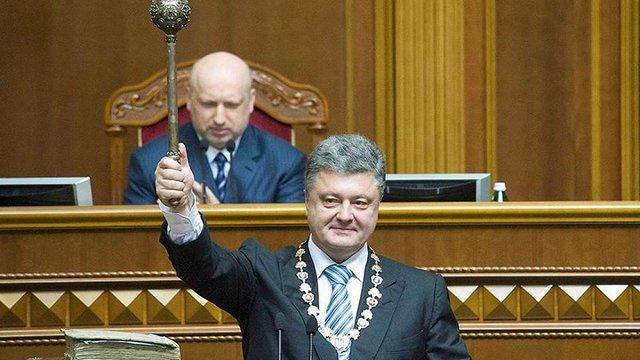 Президенту України торік подарували теплі шкарпетки, портрет на камені та книгу утікача Клименка